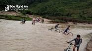 Học sinh bản nhỏ ở Con Cuông lội suối dữ đến trường