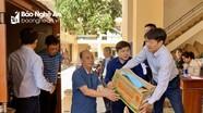 Đảng ủy Khối Doanh nghiệp tỉnh và Phòng Cảnh sát quản lý hành chính về TTXH Công an Nghệ An trao quà cứu trợ người dân vùng lũ Hà Tĩnh
