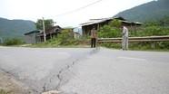 """Quốc lộ 7 ở Nghệ An """"nứt gãy"""" sau mưa lũ"""