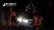 Suốt đêm giải cứu 4 người dân miền núi Nghệ An bị lũ cô lập khi đi bắt cá