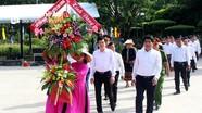 Đoàn đại biểu huyện Con Cuông dâng hoa, tưởng nhớ Chủ tịch Hồ Chí Minh tại Khu Di tích Kim Liên