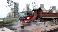 Ô tô được 'tắm' sạch khi vào ra Nhà máy Xi măng Đô Lương