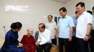 Phó Thủ tướng Thường trực Chính phủ Trương Hòa Bình thăm, tặng quà các gia đình chính sách