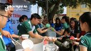 Hơn 300 bát cháo tình thương được trao cho các bệnh nhân ung bướu