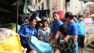 300 đoàn viên hỗ trợ tiểu thương chợ Vinh khắc phục mưa lụt