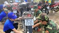 Đoàn thanh niên rửa xe gây quỹ làm quà trung thu
