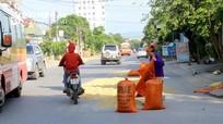 TP Vinh: Đường phố, vỉa hè 'biến' thành sân phơi lúa