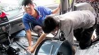 Thợ sửa xe thành Vinh 'hốt bạc' những ngày ngập lụt