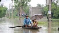 Nghệ An: Nước ngập trắng ruộng đồng, dân bơi thuyền đi lại
