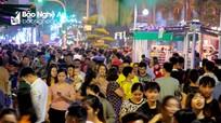 Hàng nghìn người đổ về phố đêm ở thành Vinh trong ngày đầu 'chạy thử'