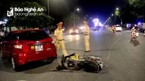 Xe máy va chạm ô tô ở thành phố Vinh, nam thanh niên văng ra đường bất tỉnh