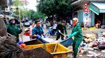 Sau 'đại lụt', rác thải bủa vây, tiểu thương chợ Vinh bán rẻ hàng cứu vốn