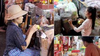 Tiểu thương chợ Vinh dán nhãn mác vào hàng hóa khi thấy lực lượng chức năng