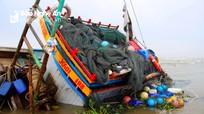 Dầu tràn tại tàu cá bị chìm ở Nghệ An