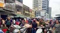 Tái diễn tình trạng chiếm dụng đường để buôn bán ngay trước chợ Vinh