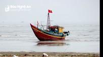 Tàu cá mắc cạn qua đêm ở biển Diễn Thành, chưa thể 'giải cứu'