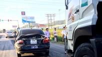 Xe tải va chạm xế hộp trên Quốc lộ 1A trong lúc chờ đèn giao thông
