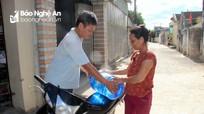 Nắng nóng, nhiều hộ dân vùng biển Nghệ An phải đi mua từng bình nước