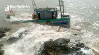 Va vào bãi đá, tàu cá Nghệ An hư hỏng nặng