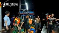 Tàu cá Nghệ An bị sóng đánh chìm, 4 thuyền viên được cứu trong đêm