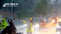 Cảnh sát giao thông Thành phố Vinh dầm mưa điều tiết phương tiện trên các tuyến đường ngập sâu