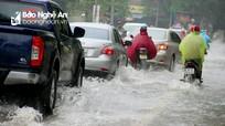 Nhiều tuyến đường ở thành phố Vinh ngập cục bộ do mưa lớn đầu ngày