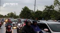 Đường phố thành Vinh ùn tắc nghiêm trọng vào cuối ngày