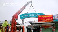 Cổng chợ Quán Lau (TP.Vinh) bị gãy đổ do gió lớn
