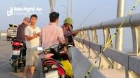 Ngang nhiên dừng xe trên cầu Cửa Hội để câu cá