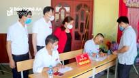 Trưởng ban Tuyên giáo Tỉnh ủy kiểm tra công tác bầu cử tại huyện Hưng Nguyên