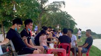 Người dân TP Vinh tụ tập đông người, không đeo khẩu trang hóng mát trên đê Hưng Hòa