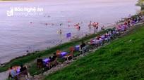 Nắng nóng, người dân TP Vinh kéo nhau ra sông Lam tắm