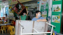 TP.Vinh: Nhiều hàng quán thu dọn bàn ghế, 'bán tháo' thực phẩm trước lúc tạm đóng cửa