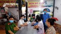 Quán bún ở thành phố Vinh ngang nhiên mở cửa đón khách ngay sau khi ký cam kết 'chỉ bán mang về'