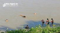 Bất chấp dịch bệnh, nhiều người dân TP.Vinh vẫn tụ tập tắm sông Lam
