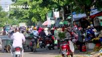 Người dân chen chúc mua bán hàng trước cổng chợ đầu mối Vinh