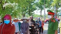 Cận cảnh người dân TP Vinh ngày đầu đi chợ bằng thẻ