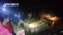 Đập cửa kính cứu 4 người trong xe ô tô bị lật