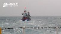 Nghệ An: Cứu hộ 7 ngư dân và tàu cá gặp nạn trên biển