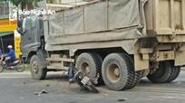 Xe máy va chạm xe tải, một phụ nữ bị thương nặng