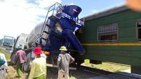 Băng qua đường sắt, xe bồn bị tàu chở hàng đâm