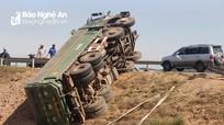 Xe tải lật bên đường, tài xế may mắn thoát chết