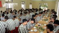 Bữa cơm tất niên trong Trại tạm giam