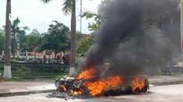 Nghệ An: Xế hộp bốc cháy dữ dội giữa đường