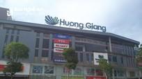 Cảnh sát và Quản lý thị trường kiểm tra siêu thị Hương Giang ở thành phố Vinh