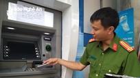 Cận cảnh thủ đoạn lấy cắp thông tin thẻ ATM, rút hết tiền của khách hàng ở Nghệ An