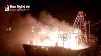 Tàu cá của ngư dân Nghệ An chập điện, bùng cháy giữa biển khơi