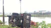 Tránh xe máy ngược chiều, xe tải chở gạch lao xuống ruộng lật nghiêng