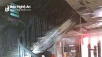 Một nhà dân ở TP Vinh bốc cháy dữ dội giữa trưa