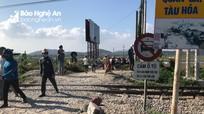 Xe ô tô cố vượt đường sắt bị tàu hỏa đâm văng 20m